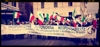 """Medici in piazza a Roma: """"Basta tagli, siamo risorsa civile, sociale ed economica"""""""