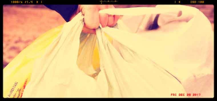 Shopper plastica, dal 1° gennaio scatta  l'obbligo di pagarli, anche in farmacia