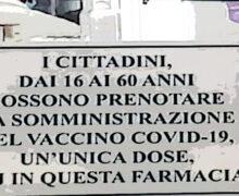 Napoli, le farmacie si portano avanti, in vetrina i primi cartelli per prenotare il vaccino J&J